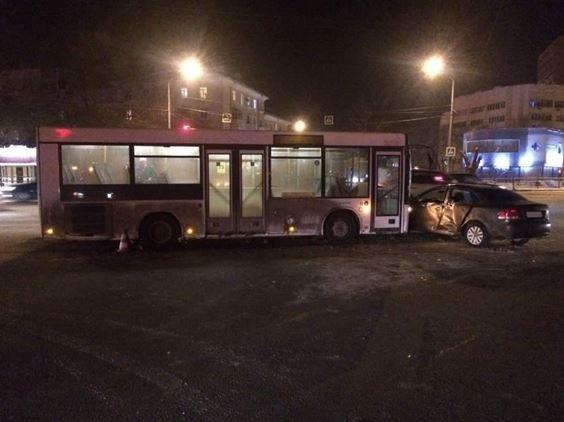 ВСамаре наперекрестке автобус врезался в легковую машину
