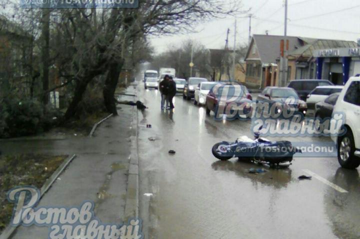 ВРостове умер шофёр скутера, врезавшись вбордюр