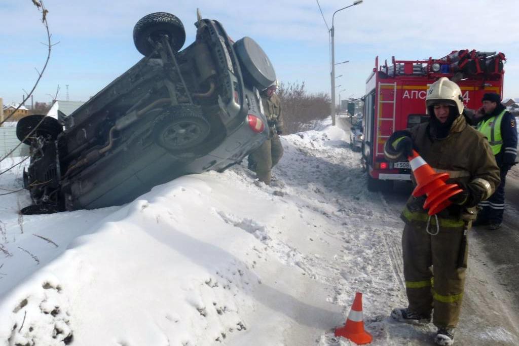 Омские cотрудники экстренных служб спомощью новоиспеченной техники вытянули изсугроба опрокинувшийся автомобиль