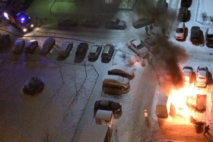 4 машины дотла сгорели из-за шлагбаума вПетербурге