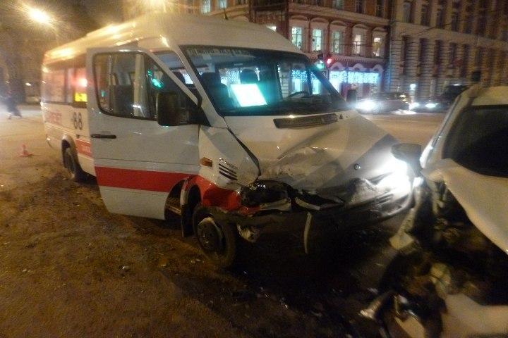 ВТвери шофёр маршрутки убежал после ДТП, оставив четырех пострадавших