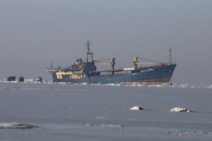 Изтонущего судна Yeruslan пробуют откачать воду воВладивостоке