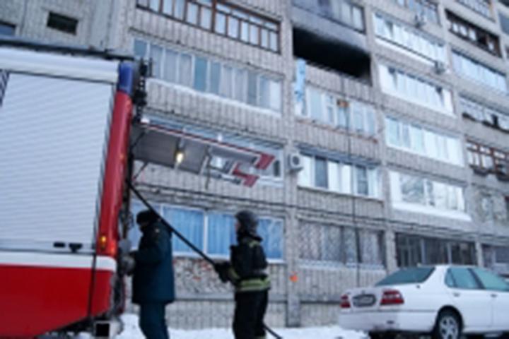 ВКомсомольске пожарные спасли изгорящего дома женщину ималенького ребенка