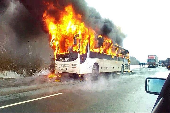 Автобус, ехавший изСамары, сгорел надороге вЧувашии