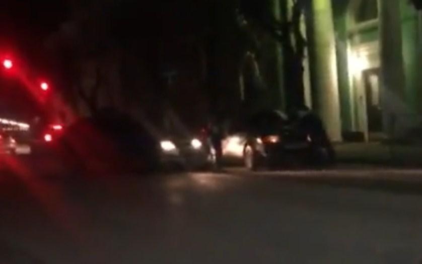 Вцентре Рязани шофёр «подвёз» гаишника накапоте своего авто