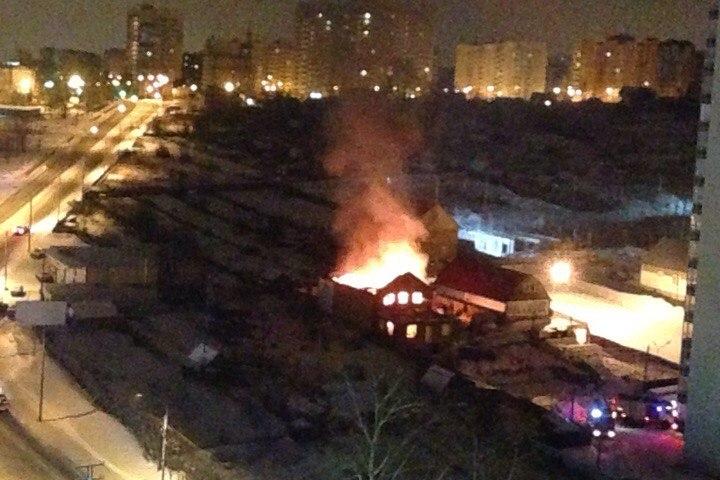 Ночью вОктябрьском районе Красноярска 40 пожарных тушили полыхающий дом