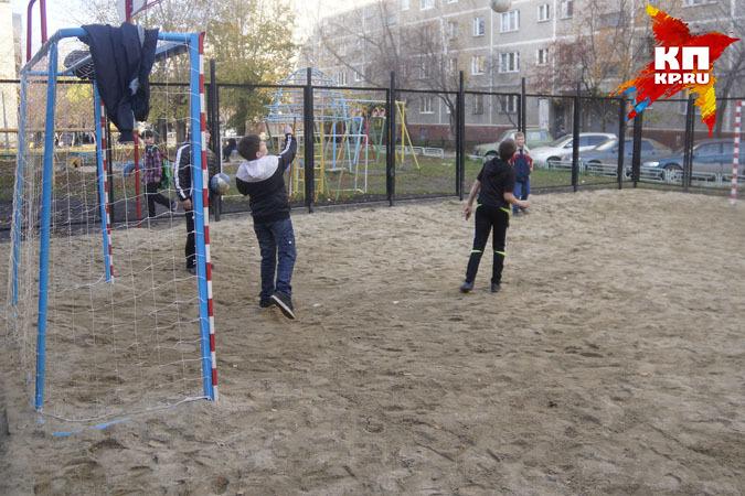 Футбольные ворота упали нашкольника вСолигорском районе: ребенок умер