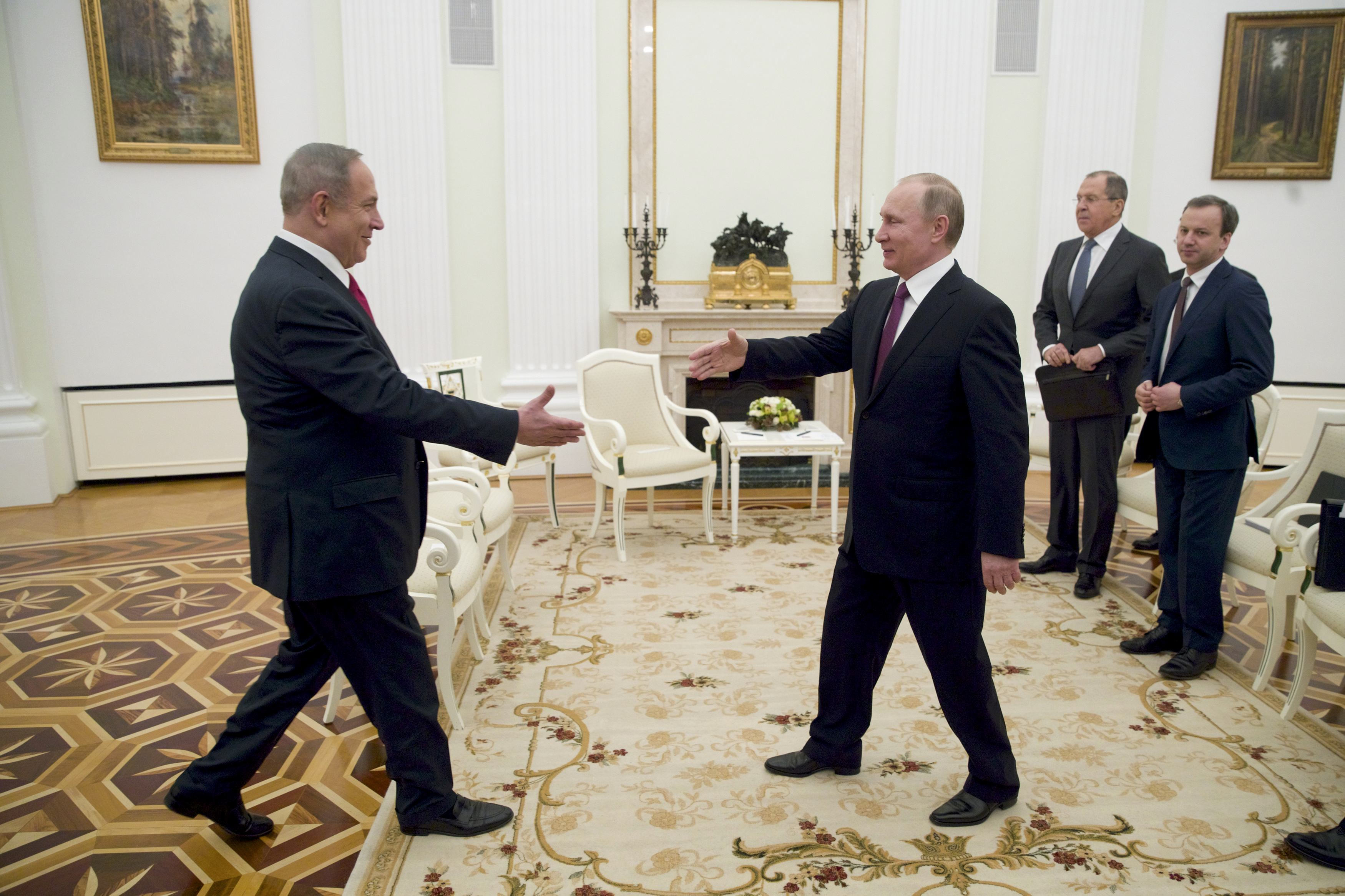 Путин подарил Нетаньяху 500-летнюю книгу натосканском языке