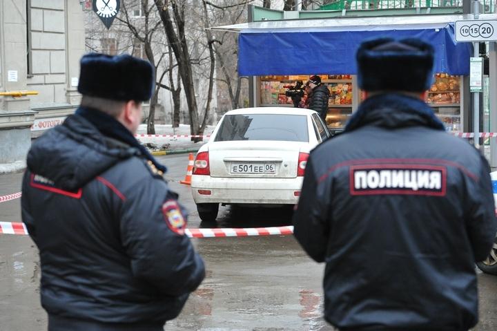 ВПетербурге неизвестные обстреляли припаркованный автомобиль