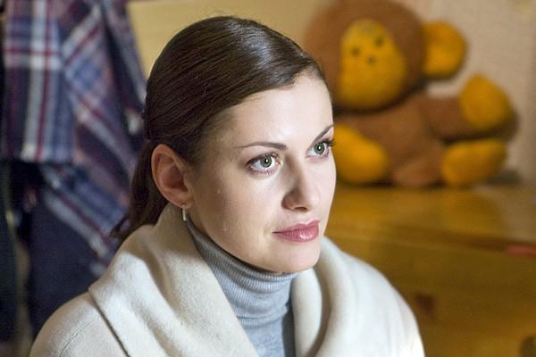 После первого сезона сериала «Тайны следствия» Анна Ковальчук проснулась знаменитой. А ведь актрисе пришлось пойти на хитрость, чтобы получить эту роль. По сценарию главной героине Марии Швецовой за тридцать. Анне же на момент съемок было только 22 года. Но сценарий и роль ей так понравились, что актриса решила сказать менеджеру по актерам, что ей 29 лет. За роль Марии Швецовой актриса стала Лауреатом приза за воплощение образа «положительного героя» на международном правовом кинофестивале «Закон и общество». На фестивале «Виват, кино России!» Анна Ковальчук удостоилась приза «За лучшую женскую роль в сериале». Сейчас идет уже одиннадцатый сезон сериала!