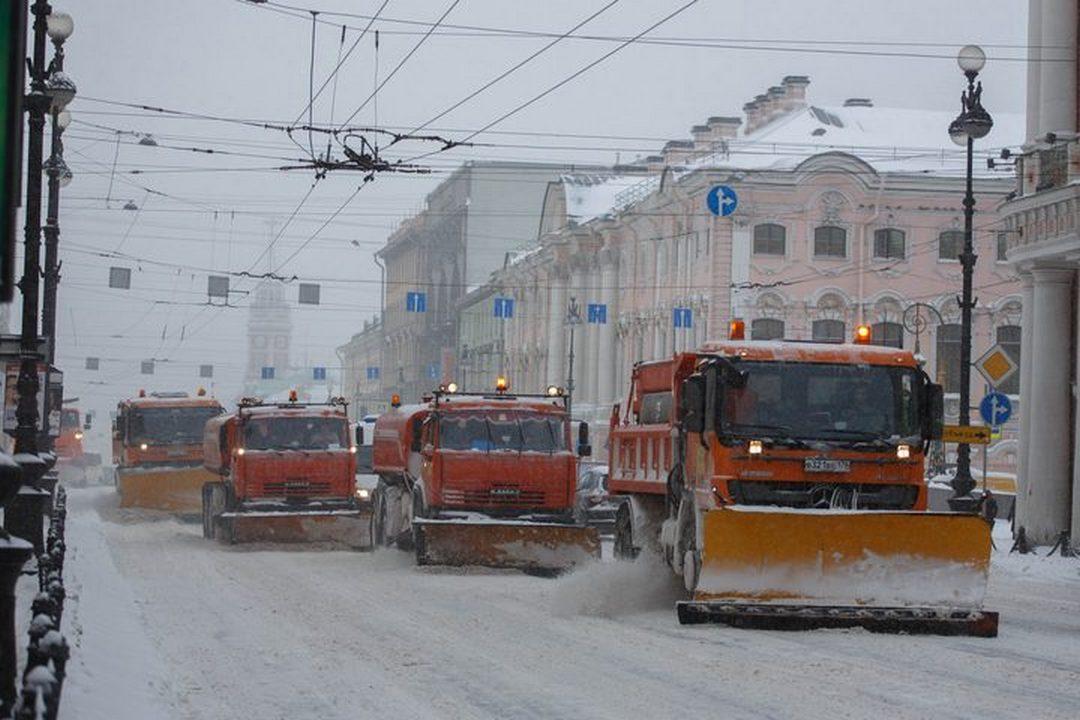 """В начале ноября в Петербург пришла настоящая зима: со снегом и всеми вытекающими отсюда последствиями. Город стоит в пробках, в метро - толкучка, пожарные и """"скорые"""" не успевают реагировать на вызовы. Петербуржцы винят дорожников в нерасторопности. Но мы нашли место, где точно чистят. Правда, даже Невский проспект это не спасает."""