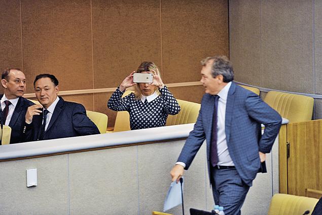 Как вы думаете, что так старательно фотографирует Мария Захарова в зале заседаний Госдумы?  Ну, конечно, выступление министра иностранных дел Сергея Лаврова. Фото: Евгения ГУСЕВА