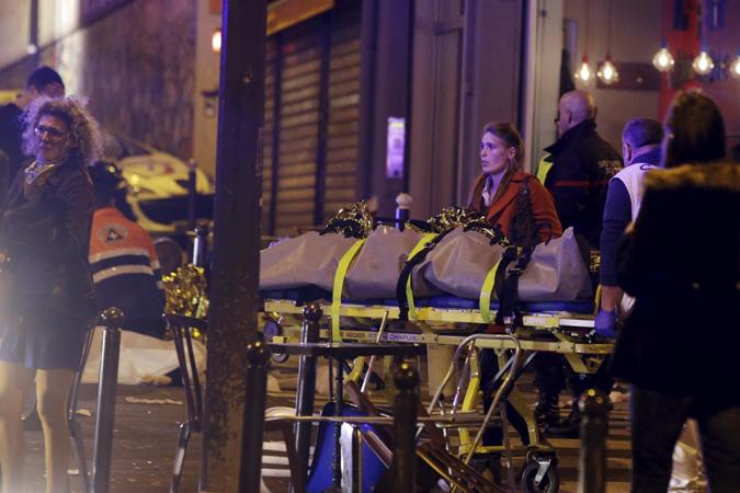 Спасатели, полиция, скорая помощь – их было очень мало, и они были явно перегружены работой. Фото: REUTERS