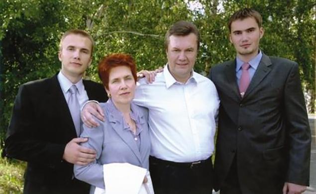 """Семья Януковича. Фото сделано во время президентской кампании -2004. Фотоархив """"КП"""" - Украина."""