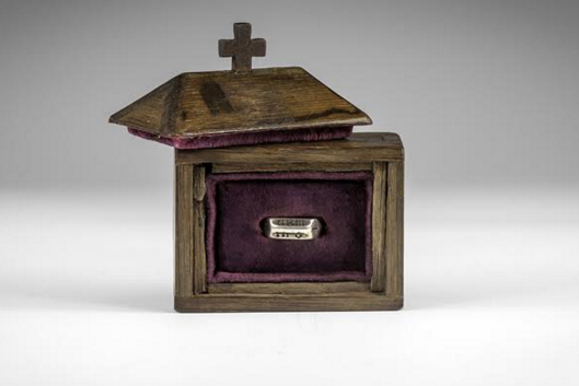 Кольцо продается в дубовой шкатулке с крестом на крышке и с документами, подтверждающими его подлинность Фото: Timeline Auctions