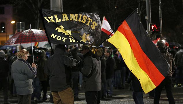 Активисты протестуют против потока беженцев из мусульманских стран в Германию Фото: REUTERS