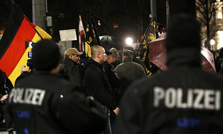 Демонстранты выступают против потока беженцев из мусульманских стран в Германию Фото: REUTERS