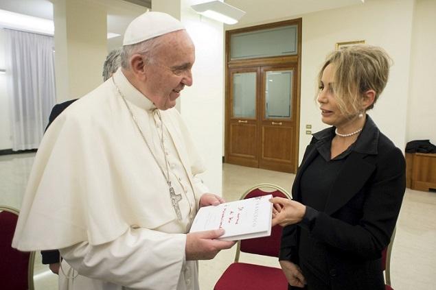 Папа римский Франциск получает первый экземпляр своей книги из рук президента ГК Mondadori Марины Берлускони Фото: REUTERS