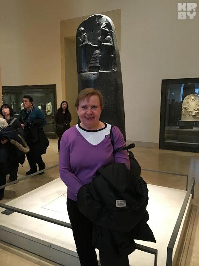 - Фотографировать не люблю. Но это место для меня знаковое. Я нахожусь в Лувре у столпа Хаммурапи. Это первый рукописный закон, который выбит на камне. Тут я, как юрист, попросила сделать фотографию, - рассказала Лидия Ермошина.