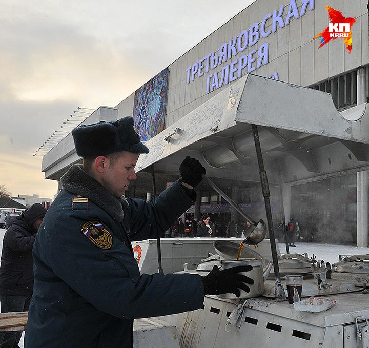 Сотрудник МЧС наливает очередной стакан горячего чая. Фото: Михаил ФРОЛОВ