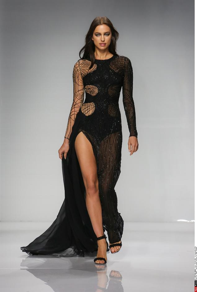 Ирина Шейк на показе Atelier Versace. Фото: EAST NEWS.