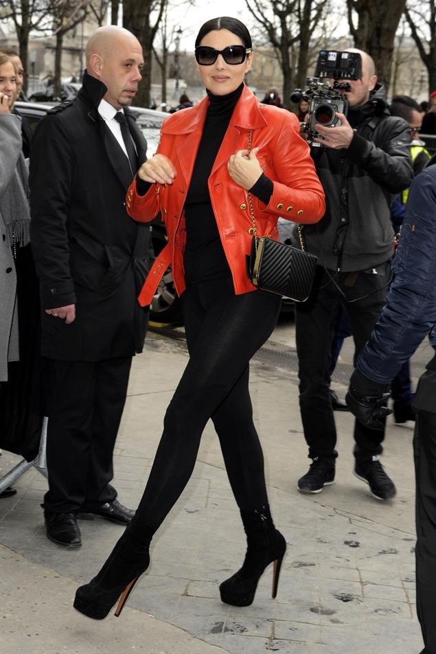 51-летняя звезда приехала на шоу Карла Лагерфельда в черных облегающих лосинах, черной же водолазке и красной кожаной куртке. Фото: EAST NEWS.