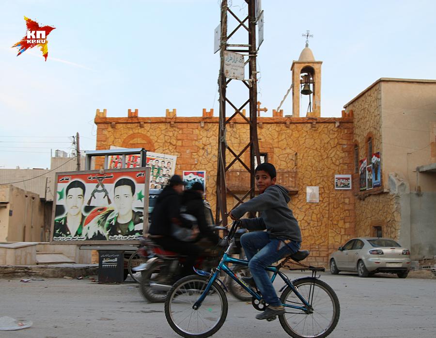 От последнего жилого христианского города до позиций Халифата всего 15 километров Фото: Александр КОЦ, Дмитрий СТЕШИН