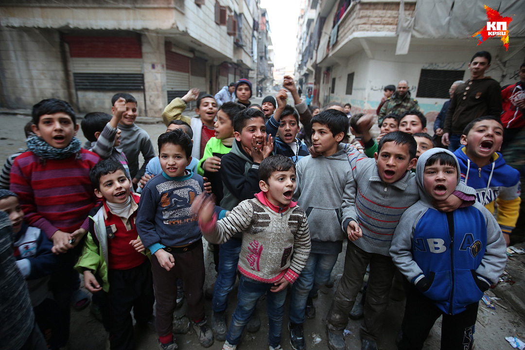 Во всем этом мрачном и депрессивном квартале невероятное количество детей Фото: Александр КОЦ, Дмитрий СТЕШИН
