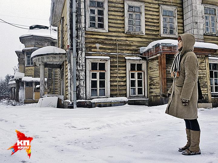 Кровля Дома Германа провалилась, полы ходят ходуном. Но власти обещают включить здание в программу до конца этого года. Фото: Евгения ГУСЕВА
