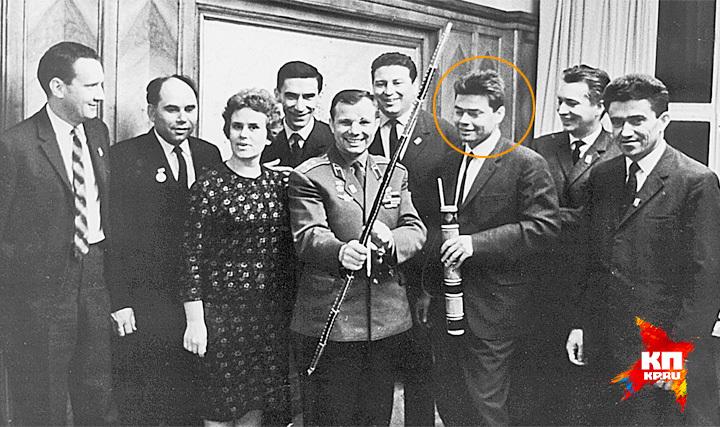 """Юрий Гагарин в редакции """"Комсомольской правды"""". Справа - Борис Панкин."""