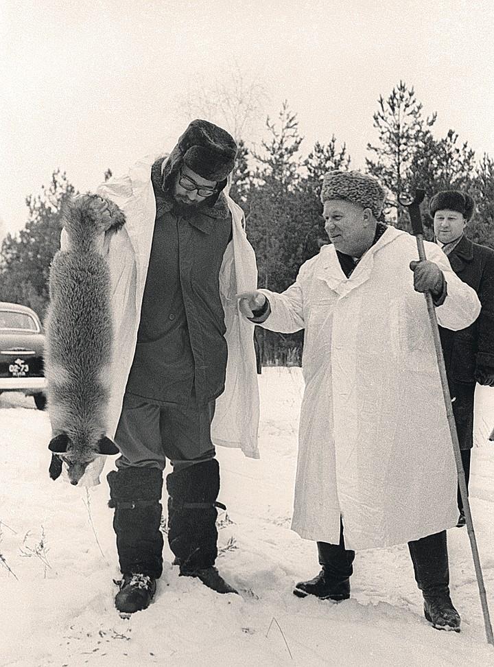 Хрущев запомнился стране бытовыми деталями: кукуруза, анекдоты, охота с Фиделем Кастро, когда тот приезжал в СССР (на снимке)... Фото: ИТАР-ТАСС/Архив