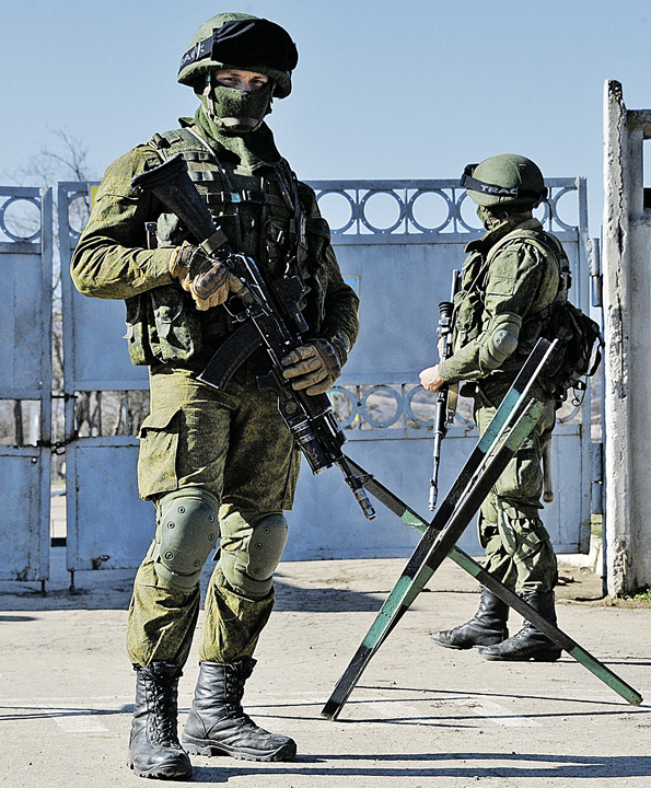 Вот такими весной 2014 года предстали перед крымчанами «вежливые люди». Они предотвратили гражданскую войну на полуострове и стали самым популярным брендом в России. Фото: Анатолий ЖДАНОВ