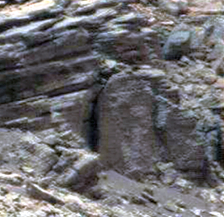 Каменный гроб крупнее.