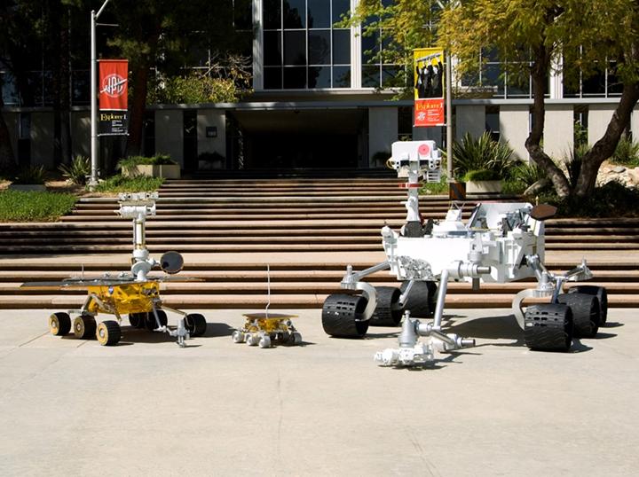 """Робот """"Спирит"""" (крайний слева) гораздо меньше робота """"Любопытства"""" (крайний справа)."""