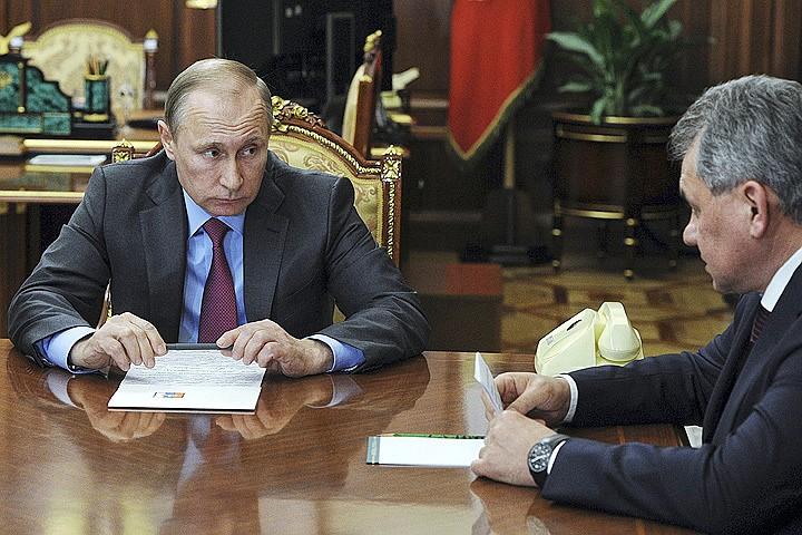Президент Путин и глава Министерства обороны РФ Сергей Шойгу на совещании, посвященном выводу войск Фото: REUTERS