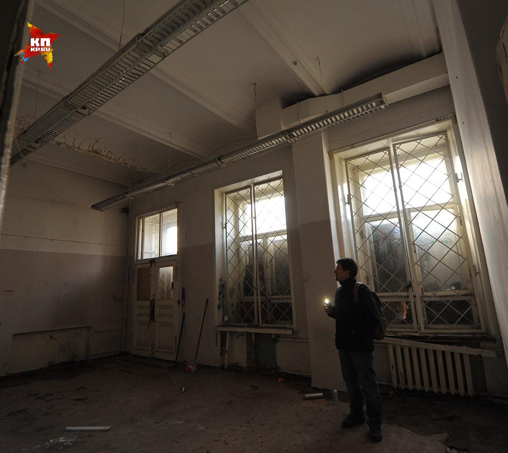Заколоченные окна почти не пропускают света, ходить по комнатам нужно с фонариком Фото: Евгения ГУСЕВА