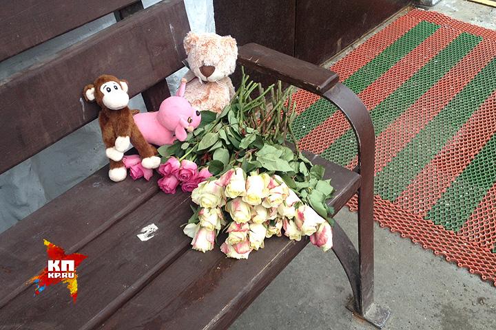 Цветы у подъезда, где произошла трагедия. Фото: Александр РОГОЗА