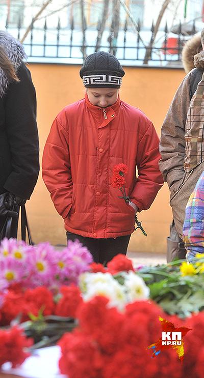 Приходящие  зажигают свечи, оставляю цветы и плакаты с надписями «Скорбим». Фото: Михаил ФРОЛОВ