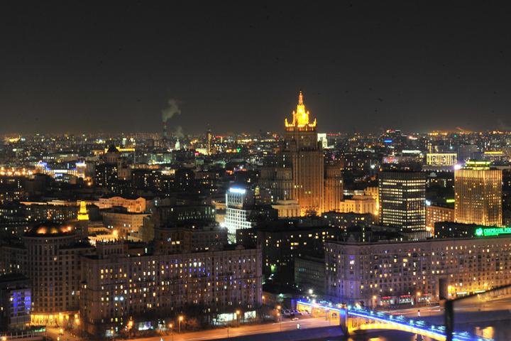 Подсветку отключили и на здании МГУ Фото: Михаил ФРОЛОВ