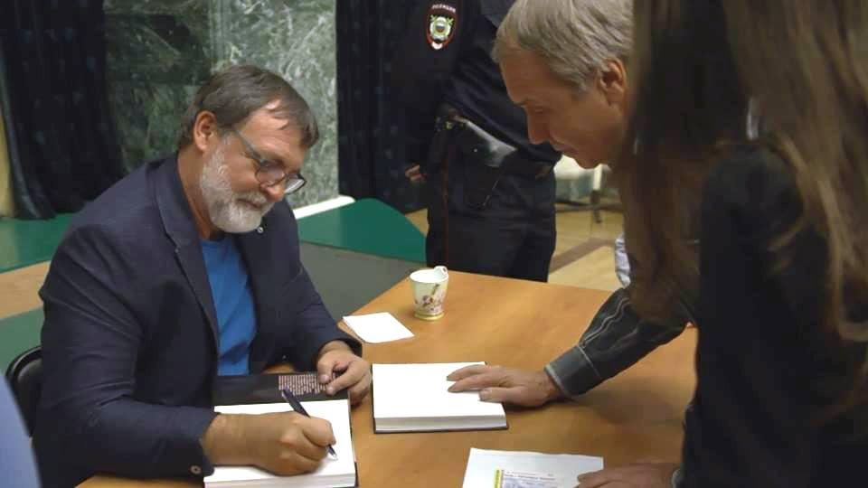 Автограф-сессия в Челябинске. Фото: со странички в facebook Александра Литвина.