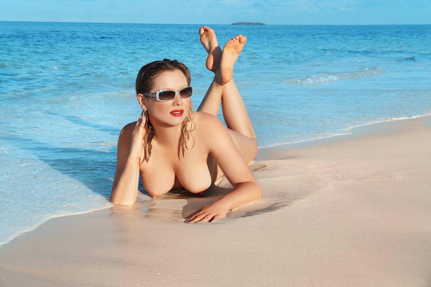 Раннее утреннее купание не спасло Лену от нескромного объектива французского фотографа.