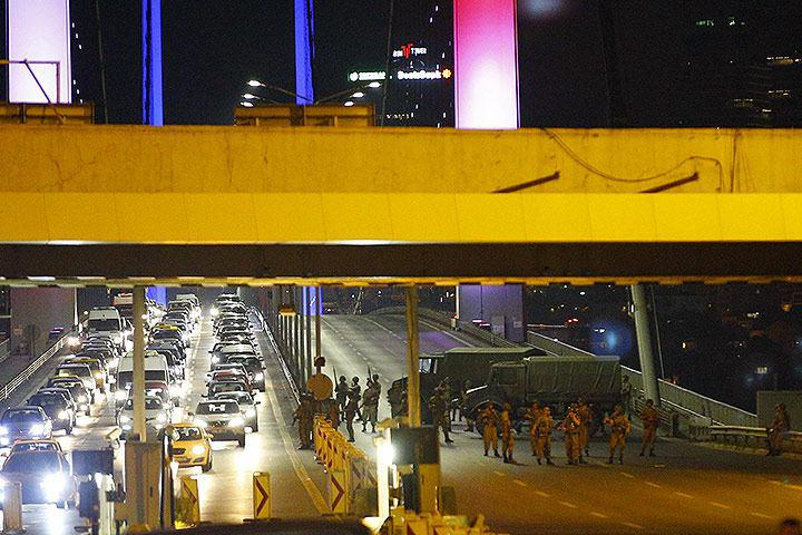 Вооруженные солдаты на улицах Анкары Фото: EAST NEWS