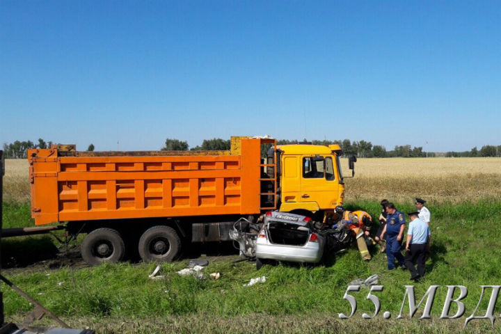 Наомской трассе фургон врезался в Хонда Civic иубил 3-х человек