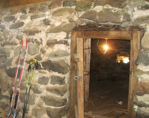 Толщина каменных стен бывшего медвежатника 1,5 метра. Фото: Ольга КАШИНЦЕВА