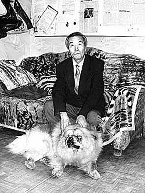 Цзян Каньчжэн - в свое время о нем много писали. На стене квартиры в Хабаровске - газеты с публикациями.