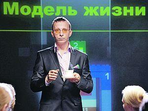 В новом «Служебном романе» нет героини Ахеджаковой, секретарши Верочки, зато есть персонаж Охлобыстина, тренинги которого чудесным образом преобразят Мымру-начальницу (ее играет Ходченкова).