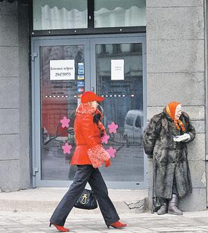 А это уже наше время. Тоже Рига. Жительница новой Латвии вынуждена просить милостыню у дверей магазина. И надеяться, что власти вовсе не отменят пенсии. Фото: REUTERS
