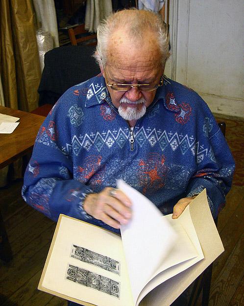 Автор концепции первых белорусских денег 20 лет бережно хранит папку с эскизами.