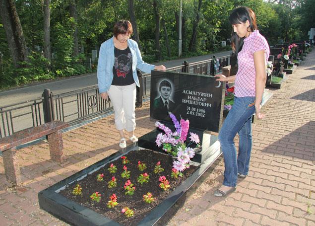 Дамира Асылгужина каждый год сажает на могиле сына новые цветы Фото: Валерий ШАХОВ