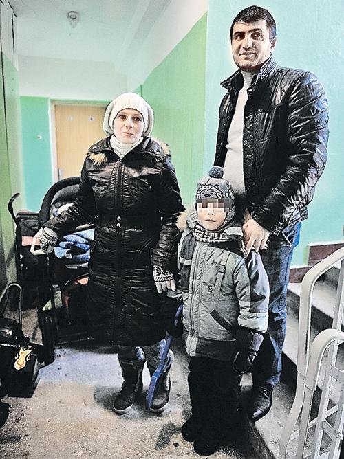 Анар (на фото с женой Светланой и сыном Хасаном) уверяет, что соседи их просто недолюбливают. Фото: Иван ВИСЛОВ